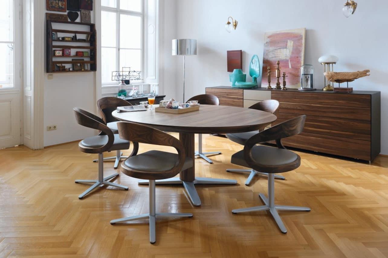 Tisch Girado in Nussbaum mit Stühlen Girado mit Drehkreuz.