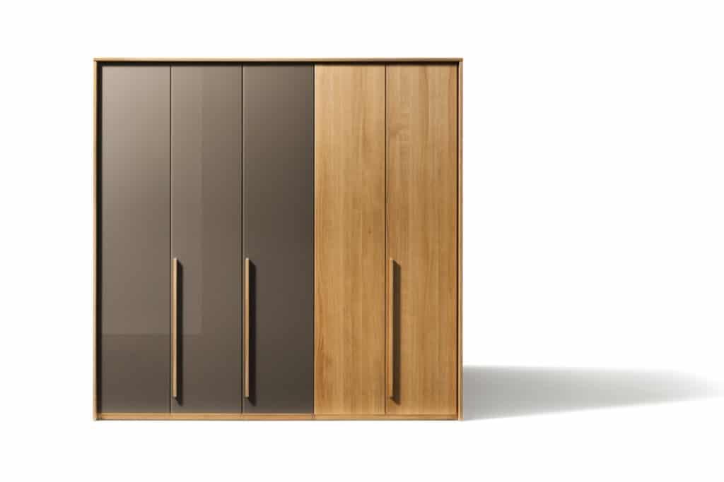 Kleiderschrank Soft in Eiche mit 5 Türen. Kleiderschrank Soft mit Türen in Farbglas und Trapezgriffleiste.