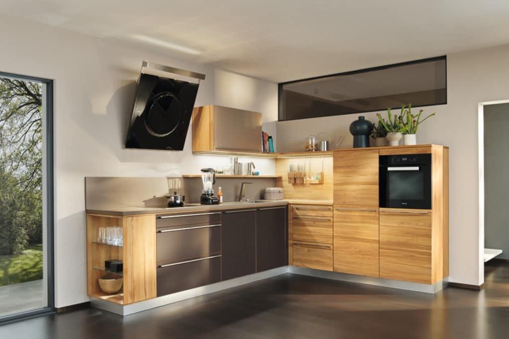 L1 Küche in Kernbuche. Einbauschränke L1 mit Farbglas.