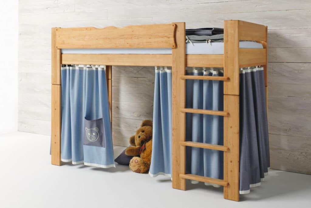 Mittelbett Mobile in Erle geölt in Farbwelt Bär in blau. Bett Mobile mit Leiter.