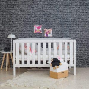 weißes Babybett