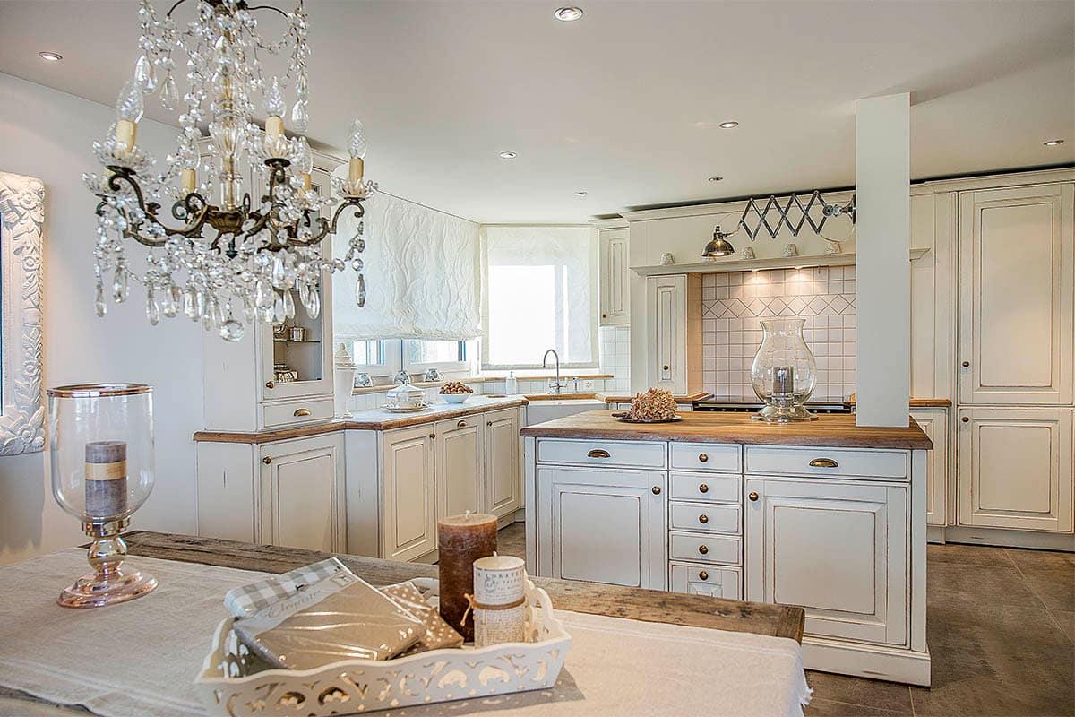 Elegante Landhausküche Castel im englischen Stil mit Kochinsel, altweiße Patina-Oberfläche, Arbeitsplatte Eiche geweißt