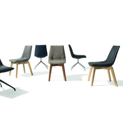 Stuhl Lui mit Holzgestell und Lederbezug. Stuhl Lui mit Drehgestell