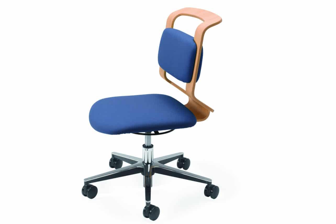 Höhenverstellbarer Stuhl Mobile mit blauem Polster.