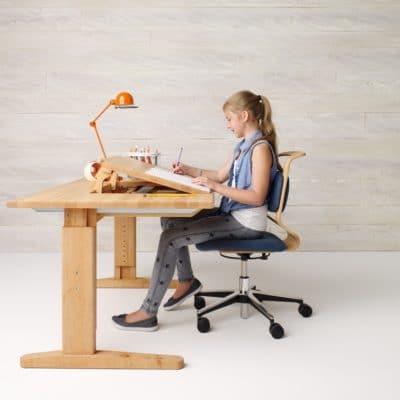 Höhenverstellbarer Schreibtisch Mobile in mittlerer Höhe in Erle geölt.