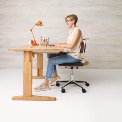 Höhenverstellbarer Schreibtisch Mobile in höchster Arbeitshöhe in Erle geölt.