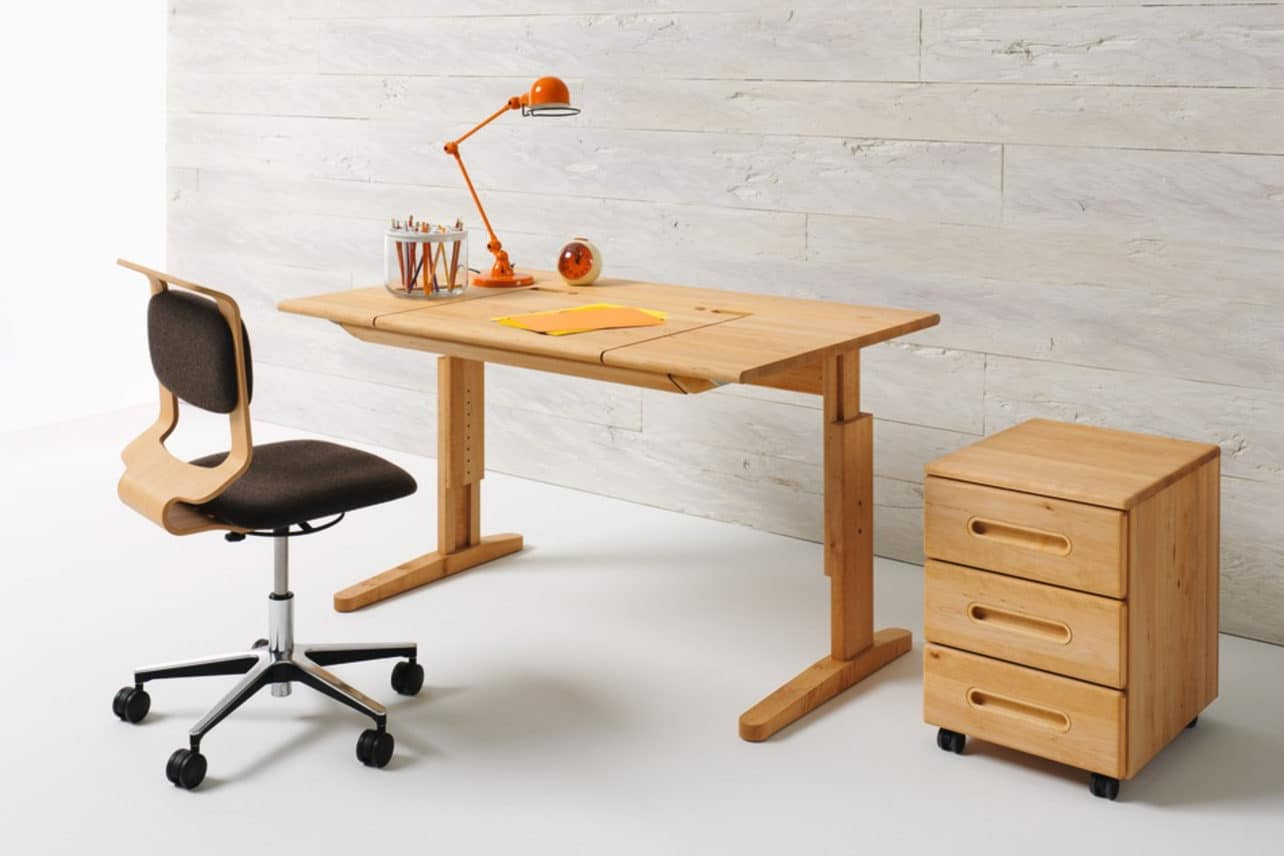 Mobile Schreibtisch in Erle mit Schreibtischstuhl Mobile.