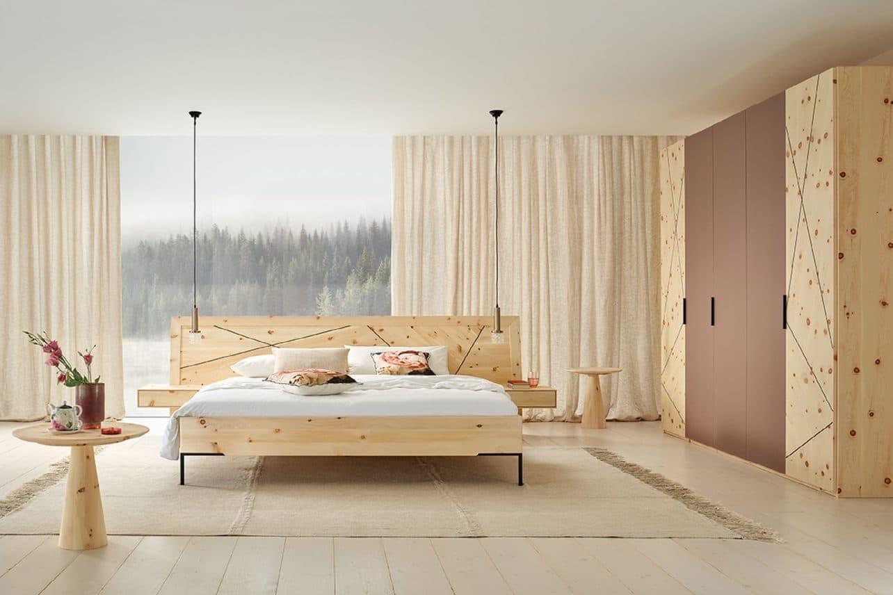 massivholz schlafzimmer leno in zirbe natur geolt doppelbett mit nachtkastchen schrank mit glasfronten