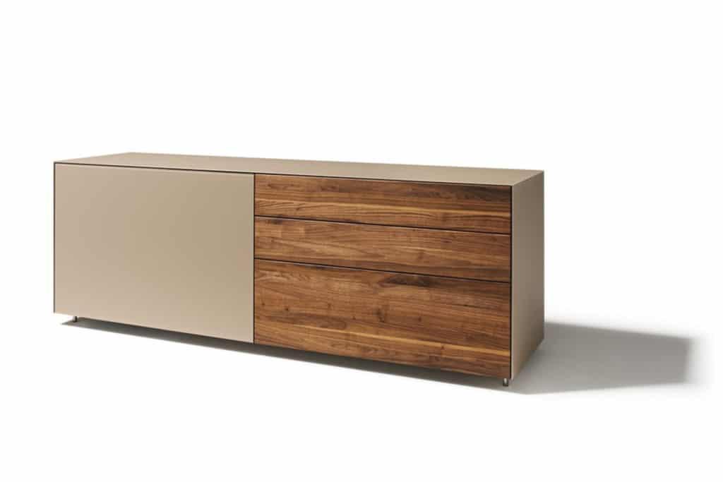 Cubus Pure Sideboard in Nussbaum geölt mit Laden und Schiebetür.