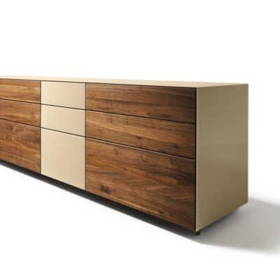 Cubus Pure Sideboard mit Schubladen in Nussbaum und Glas sand.