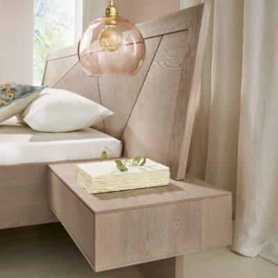 Massivholzbett Leno in Asteiche platin geölt, Detail Betthaupt und Nachtkästchen