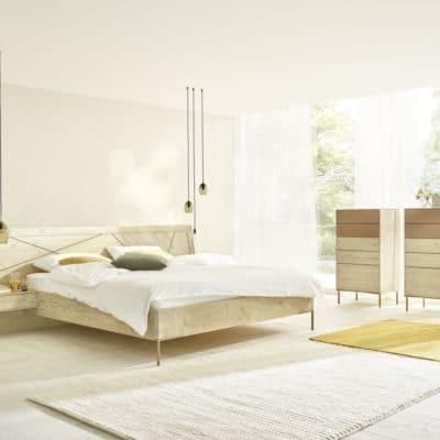 Massivholz-Schlafzimmer Leno in Bergfichte gebürstet, opal lackiert. Kommoden mit Glasfronten in Beere lackiert.