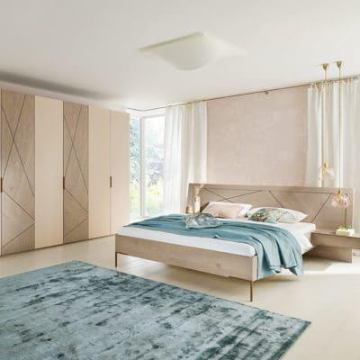 Massivholz-Schlafzimmer Leno in Asteiche platin gölt, Doppelbett mit Metallfüßen, Schrank mit Glasfronten in rosé lackiert