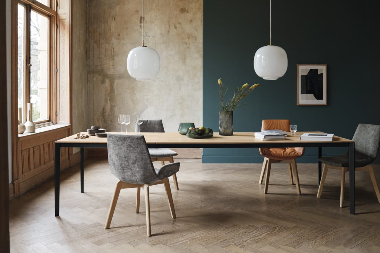 Tisch Tak von Team7 in Eiche weiß geölt mit schwarz-mattem Metallgestell